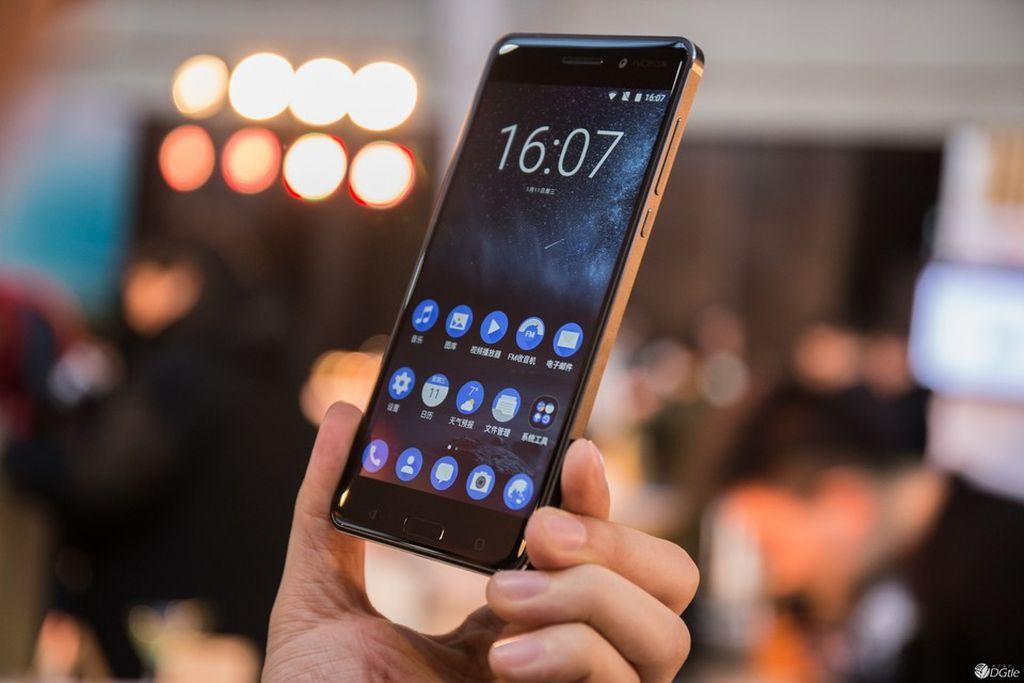 Nokia 6 adalah ponsel pertama yang dirilis oleh HMD Global, yang sekarang menjadi pemegang lisensi merek Nokia. Rilis pada Januari 2017, Nokia 6 memakai layar 5,5 inch HD, prosesor Snapdragon 430, RAM 3/4GB, baterai 3.000 mAh, serta kamera 16 megapixel dan kamera depan 8 megapixel. Harganya di kisaran USD 246. Foto: Dlte