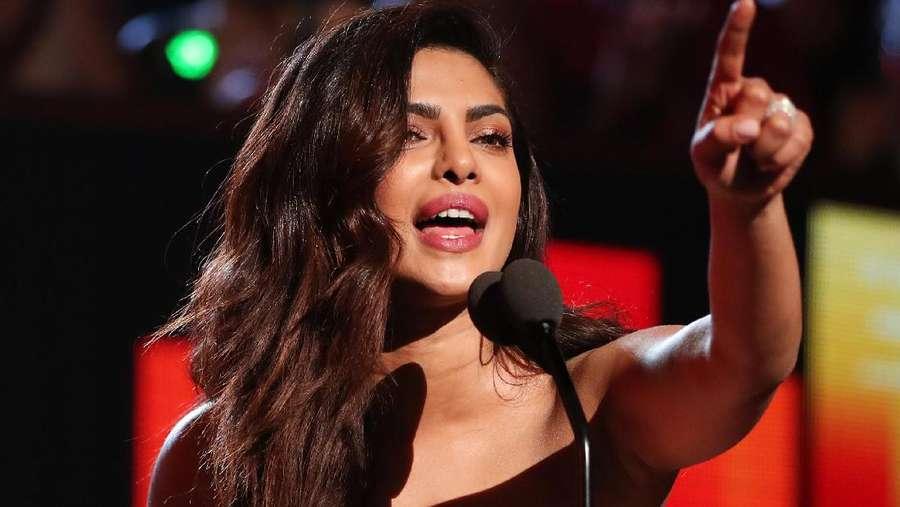 Cium Piala, Bibir Priyanka Chopra Seksi Banget