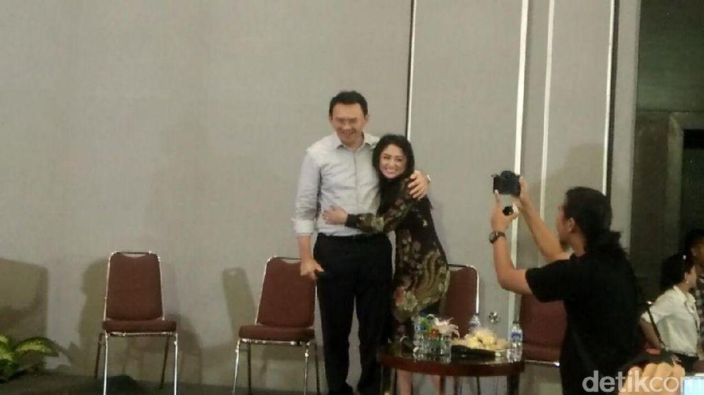 Peluk Ahok di Acara Bedah Buku, Dewi Perssik: Saya Deg-degan