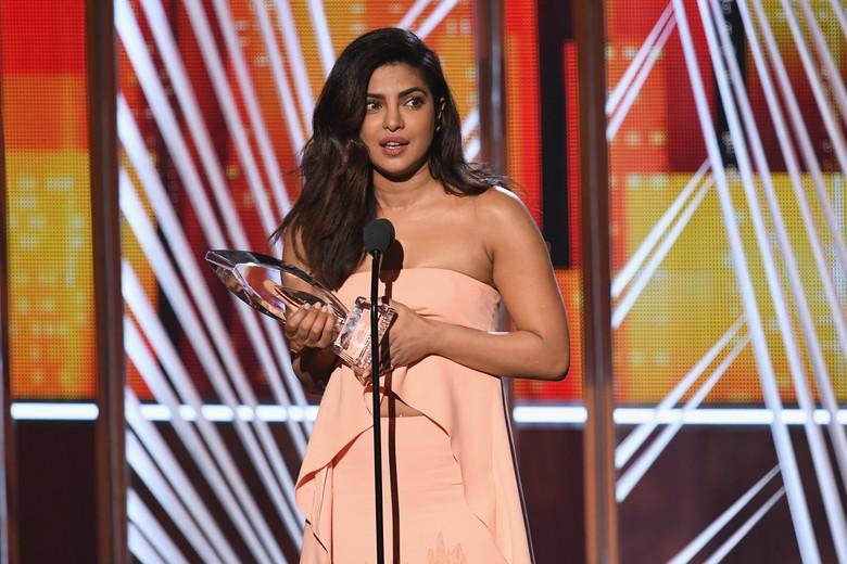 Baru Alami Kecelakaan, Priyanka Chopra Eksis di Peoples Choice Award