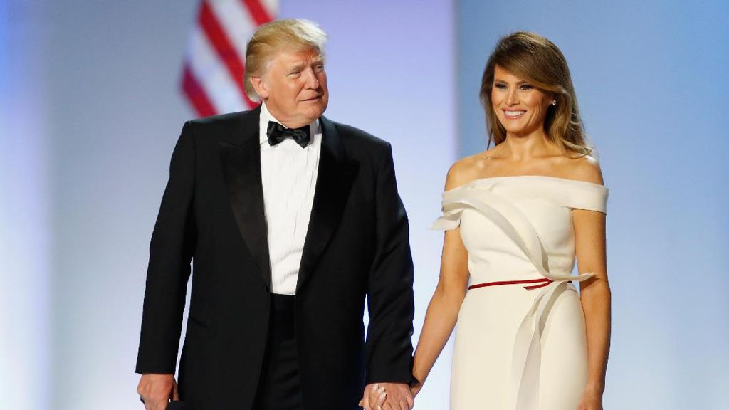 Melania Trump Sumbang Gaun Inaugurasinya yang Ikonik ke Museum