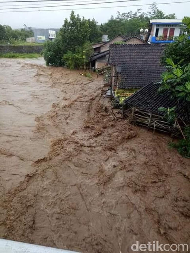 Sejumlah Kecamatan di Jember Diterjang Banjir dan Tanah Longsor