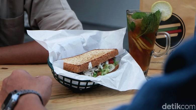 Ogah Kerja Kantoran, 4 Pria Ini Jualan Sandwich Beromzet Rp 50 Juta/Bulan