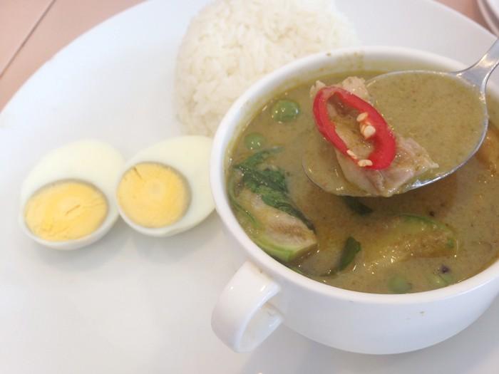 Green Curry with Chicken & Boiled Egg terasa begitu nikmat. Kuahnya kental, gurih santan tapi sedikit agak manis. Selain fillet ayam lembut, kari memakai potongan terung hijau, leunca, daun basil dan daun jeruk.