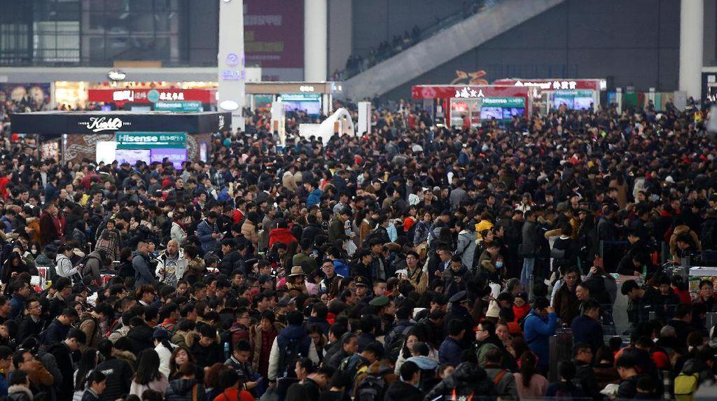 Kelakuan Turis China, Haruskah Dimaklumi atau Dihindari di Indonesia?