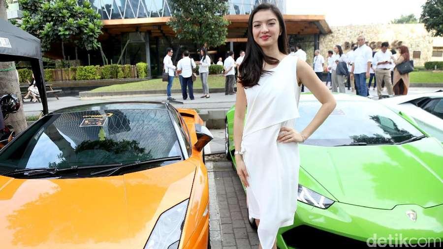 Raline Shah di Antara Dua Mobil Sport, Fokus ke Mana Guys?
