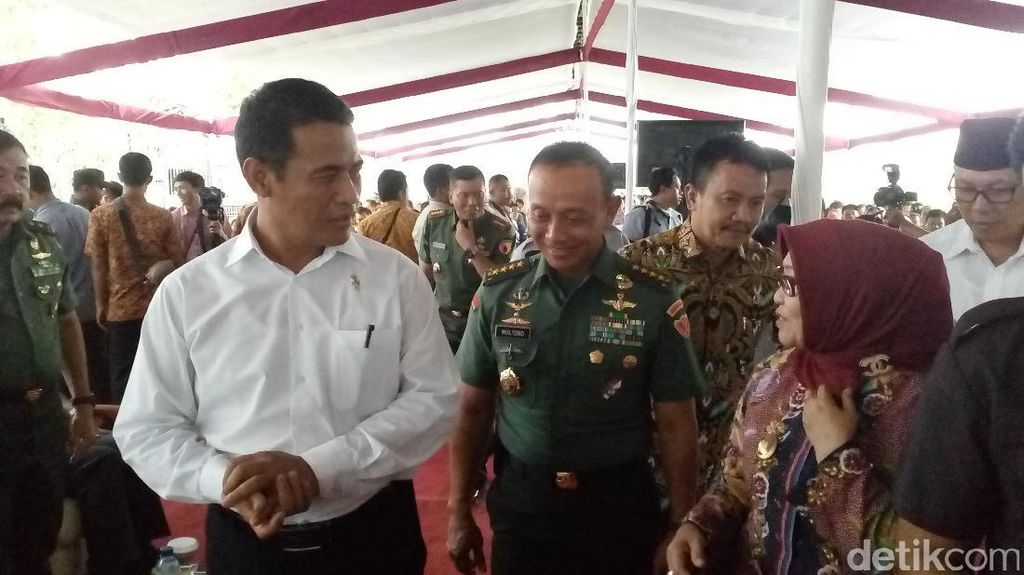 Beri Hadiah Traktor ke Prajurit TNI AD, Mentan: Ayah Saya Kopral