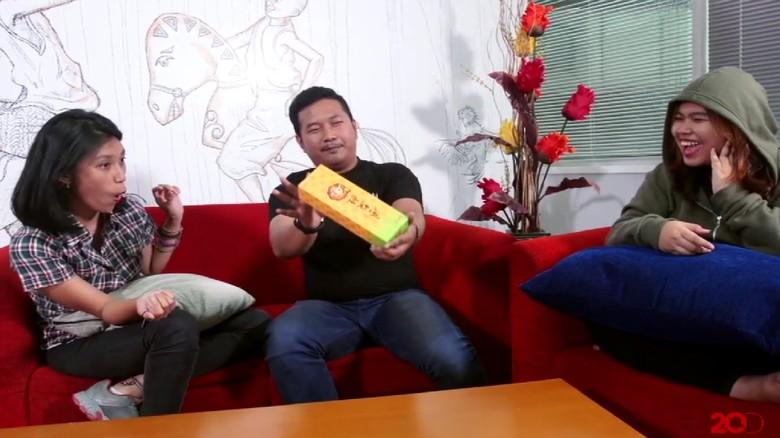 Video TravelChat terbaru, unboxing Pineapple Cake dari Taiwan (dok Travel Chat)