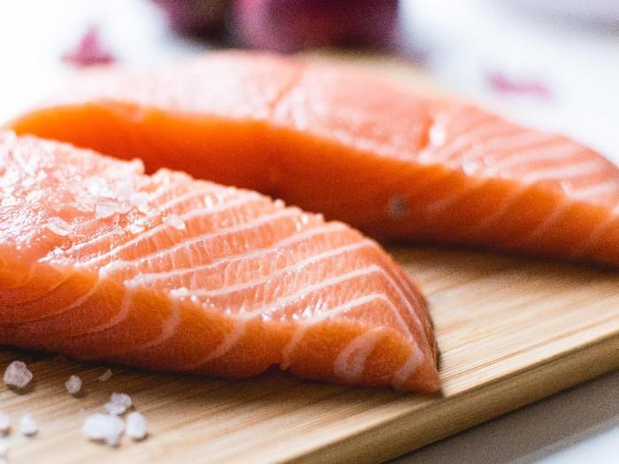 Salmon adalah salah satu sumber omega-3 terbaik. Foto: iStock