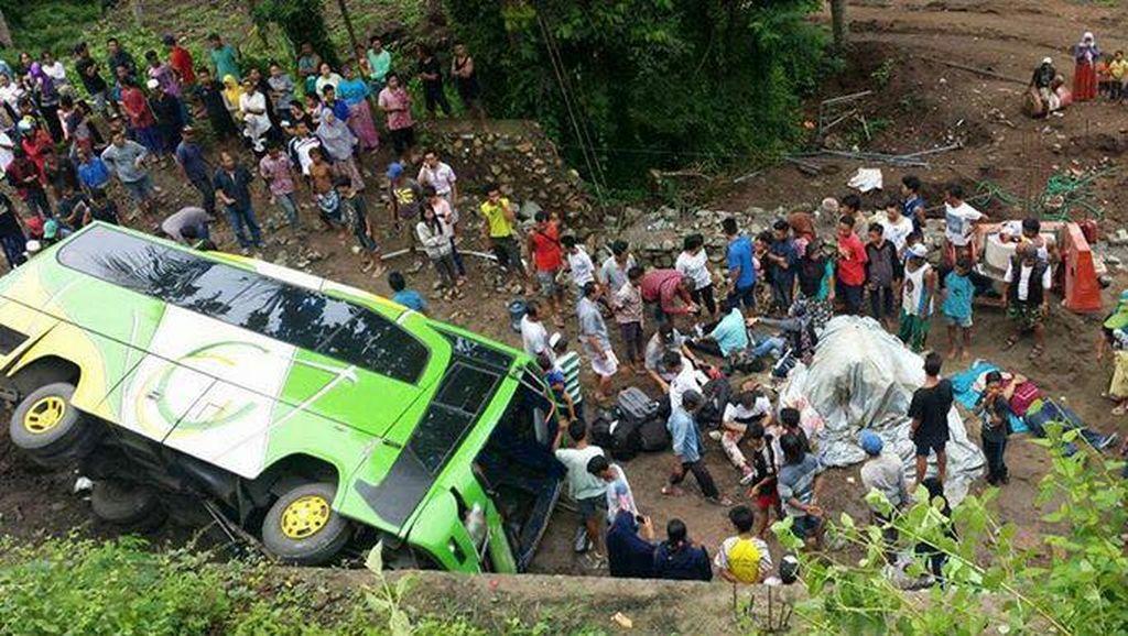 Begini Penampakan Kecelakaan Bus Yang Terguling di Lombok