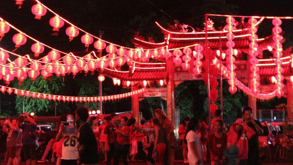 Meriah! Warga dan Turis Saksikan Perayaan Imlek di Vihara Denpasar