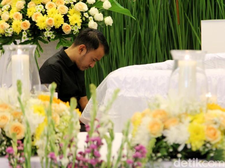 Hujan Deras Iringi Pemakaman Ayah Ruben Onsu