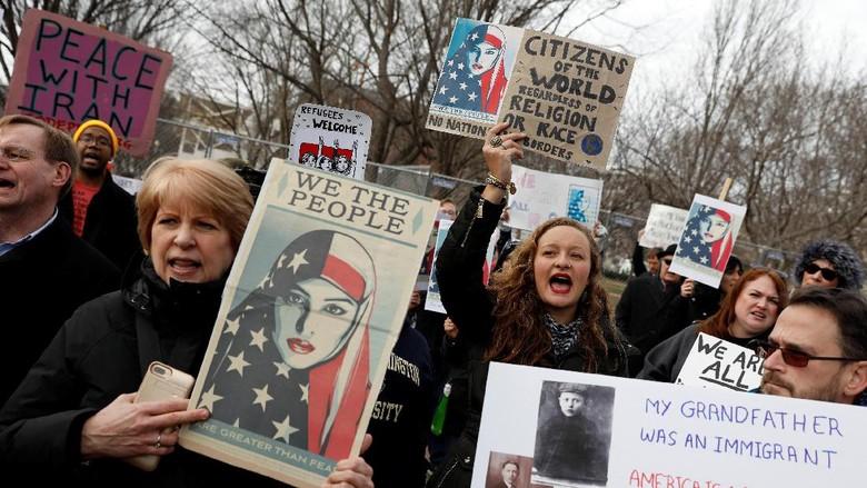Tolak Kebijakan Imigrasi Trump, Warga AS Dukung Umat Muslim