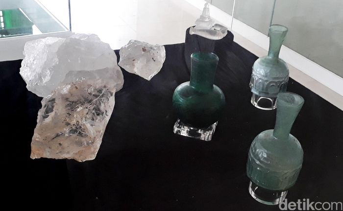 Benda-benda bersejarah peninggalan dari kapal yang karam di lautan Indonesia itu dipanjang di galeri Benda Muatan Kapal Tenggelam (BMKT), Gedung Mina Bahari IV.