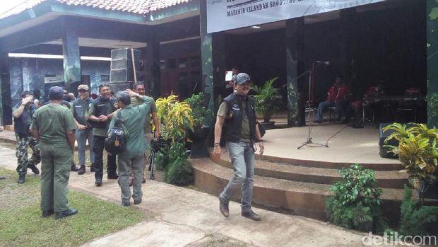 Direktur Utama Bursa Efek Indonesia (BEI) Tito Sulistio di Lapangan Tembak Senapan Marinir,
