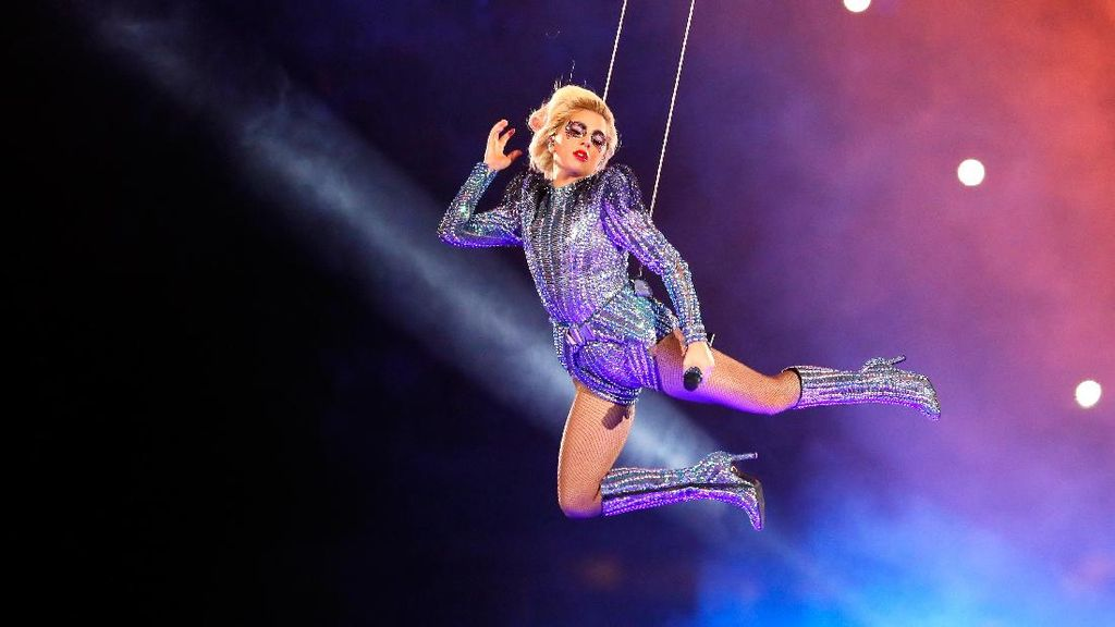 Gaya Seksi Lady Gaga Pakai Body Suit Versace di Super Bowl