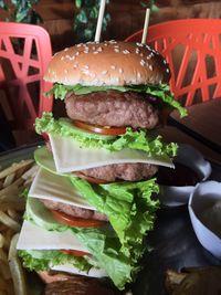 Dino Steak & Pasta: Seru dan Mantap! <i>Godzila Burger</i> Berisi 5 Tumpuk <i>Patty</i> Seberat 1 Kg!