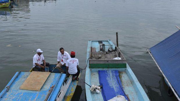 Anies Baswedan saat naik perahu di Kampung Akuarium.
