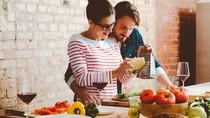 Masak Bersama Pasangan Merupakan Kencan Romantis yang Sehat, Ini Alasannya
