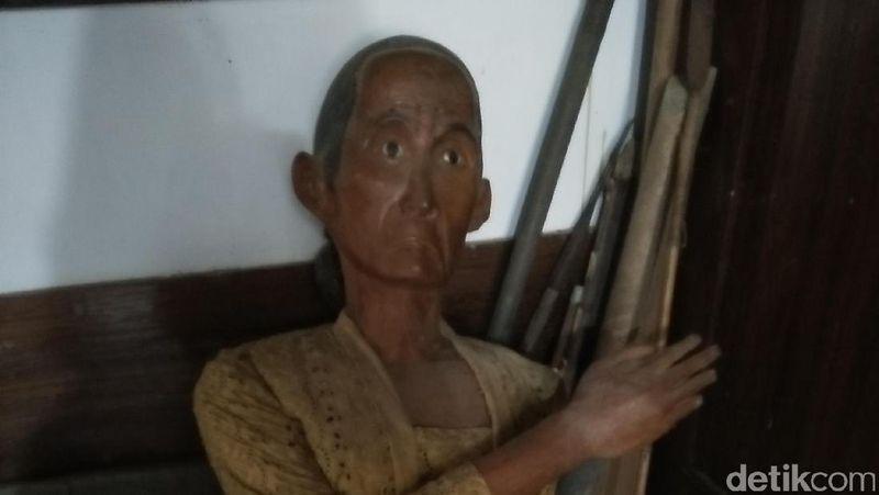 Traveler bisa melihat dari dekat seperti apa boneka makam yang asli. Dibuat mirip dengan sang punya makam, mata boneka ini terlihat hidup (Bonauli/detikTravel)