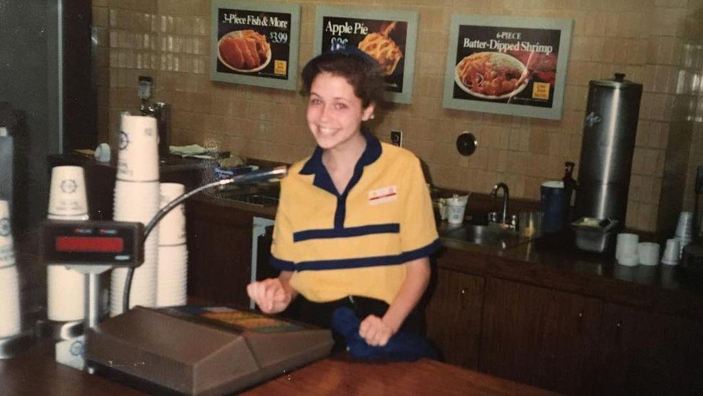 7 Seleb yang Pernah Bekerja di Restoran Cepat Saji Sebelum Terkenal