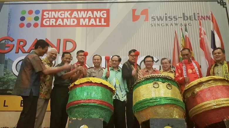 Suasana peresmian hotel dan mall baru di Singkawang dengan memukul bedug (Fitraya/detikTravel)