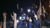Usai Debat, Agus Yudhoyono Diarak Pendukung Menuju Mobilnya