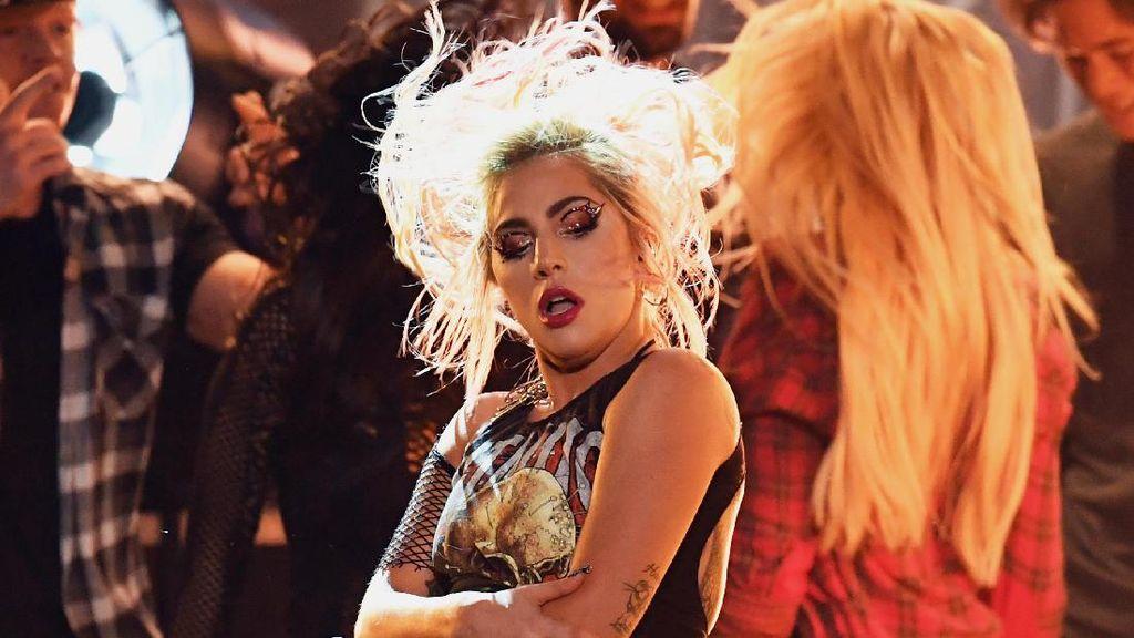Kenapa Lady Gaga Harus Tampil Lagi di Grammy Awards 2018?
