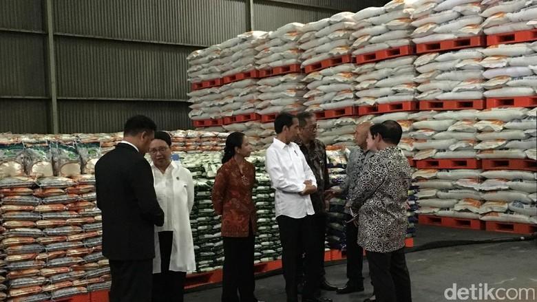 Jokowi: Kita akan Distribusikan Beras dan Gula Pakai Kartu di 44 Kota