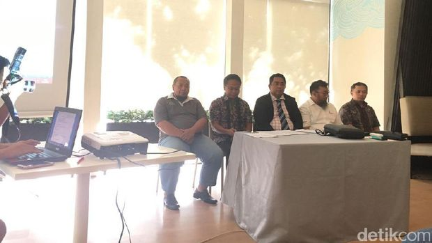 Achmad Rizal (kedua dari kanan) didampingi kuasa hukum dan perwakilan dari Ikatan Alumni ITB