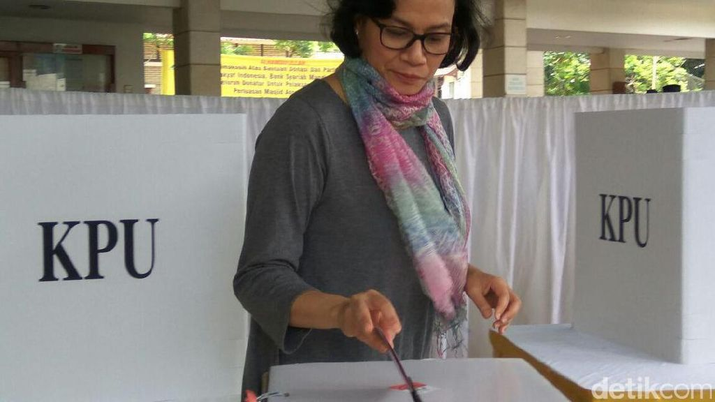 Ikut Coblos Pilkada Banten, Sri Mulyani: Rakyat Berharap Pemimpin yang Baik