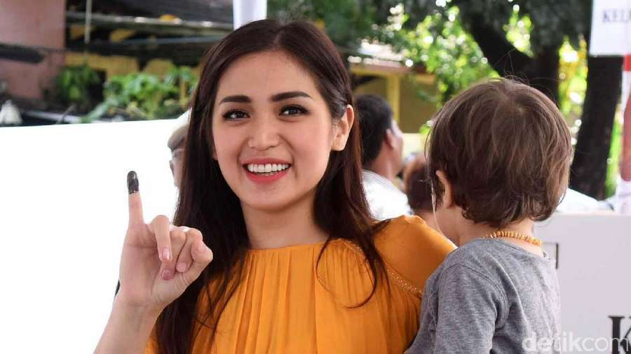 Senyum Aura Kasih, Kemesraan Andhika Mahesa dan Istri