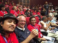 Wartawan detikINET Achmad Rouzni Noor II bersama CEO Thales Alenia Space Martin van Schaik dan CEO Telkom Alex J. Sinaga