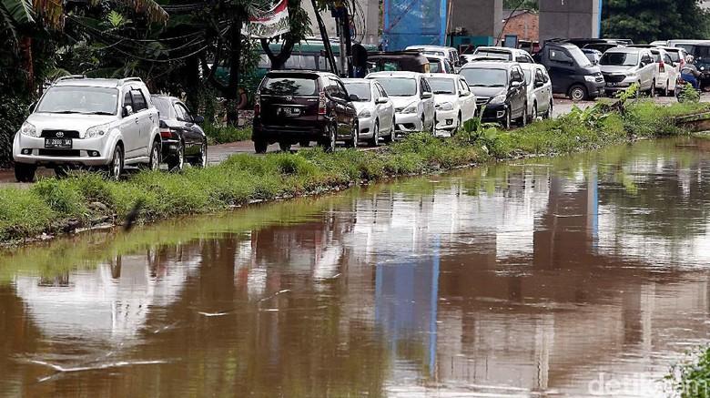 Korban Banjir Cipinang Melayu Parkir Kendaraan di Jalan