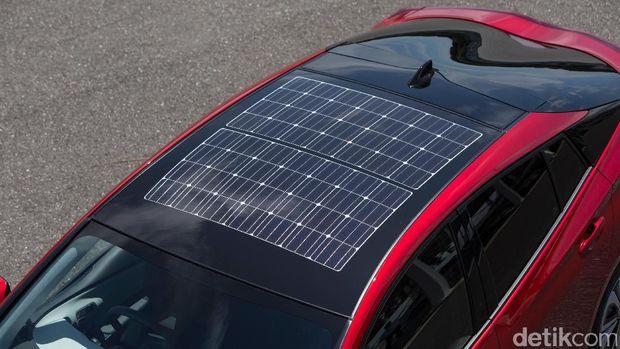 Untuk mengisi baterai juga bisa menggunakan sel surya di atap mobil