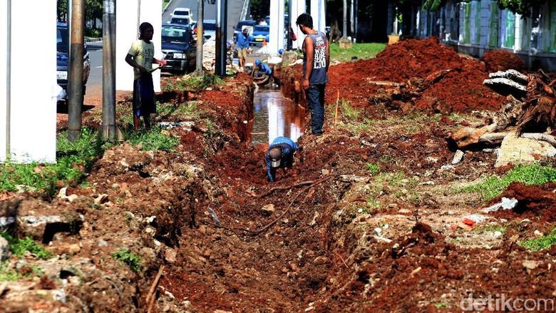 Pembuatan Saluran Air di Jl. Asia Afrika