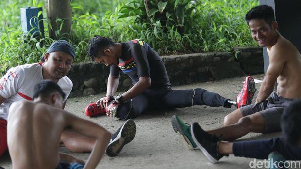 M. Fadli melakukan pendinginan usai berlatih balap sepeda