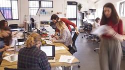 Mencegah masalah mental akibat pekerjaan bisa dilakukan dengan membuat tempat kerja lebih ramah bagi kesehatan jiwa kita. Simak tipsnya berikut ini.