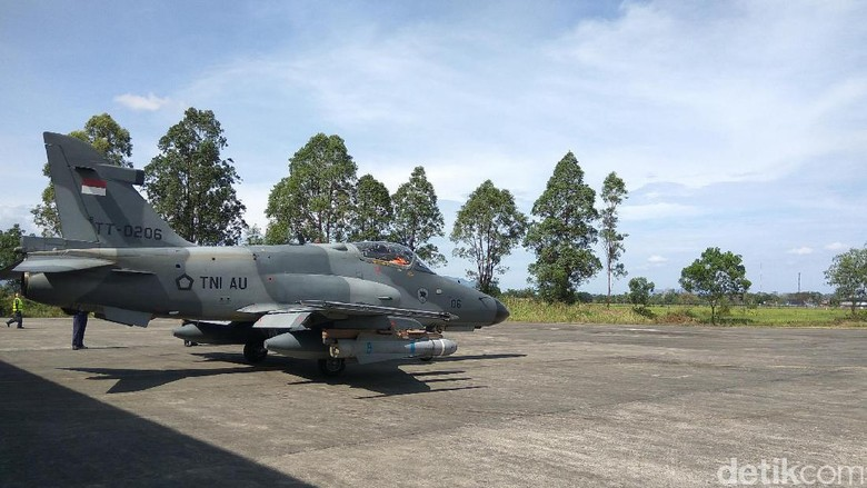 5 Pesawat Hawk Latihan Tempur Pakai Rudal Maverick di Aceh