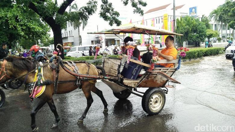 Foto: Delman yang dipakai warga terobos banjir (Jabbar/detikcom)