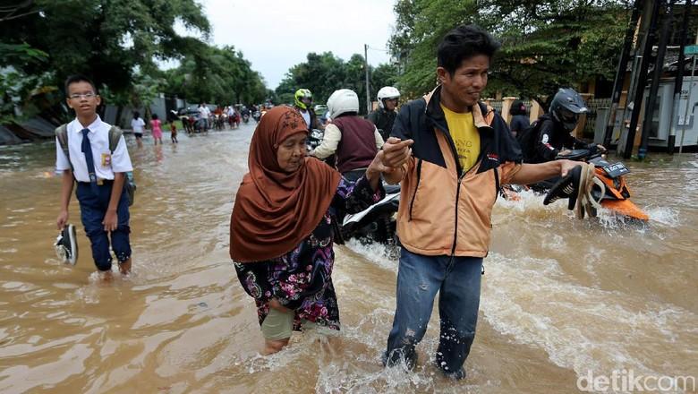 Banjir Terjang Komplek Billymoon Pondok Kelapa