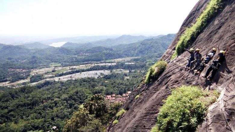 Foto: Via Ferrata Gunung Parang di Purwakarta (rizkichuk/dTraveler)