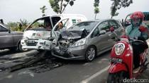 Sopir Salah Injak Gas, Honda Jazz Tabrak Mobil Ekspedisi dan Truk