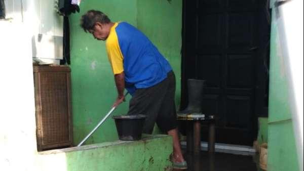 Banjir di Cipinang Melayu Surut, Warga Mulai Bersihkan Rumah