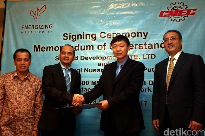 President Direktur PT Energi Nusantara Merah Putih Westana H Wiraatmadja (kiri) berjabat tangan dengan General Manager China Machinary Engineering Corporation Shu Jiantao usai penandatanganan kerja sama di Jakarta.