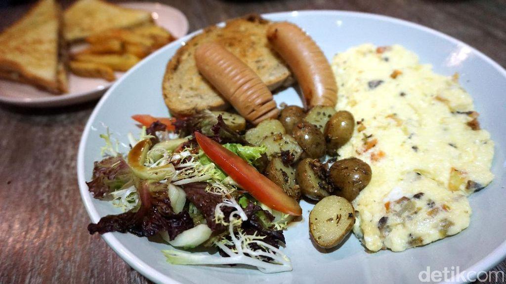 Cottonwood Cafe: Menyantap Omelette Platter yang Gurih Lembut dengan Sosis dan Salad Segar