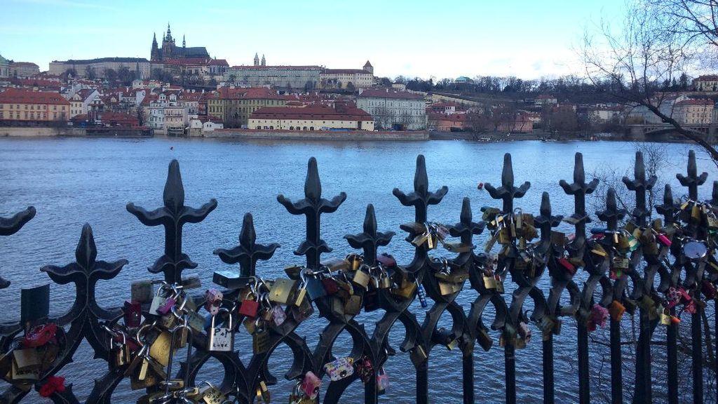 Bikin Baper, Jalan-jalan di Jembatan Cinta Praha