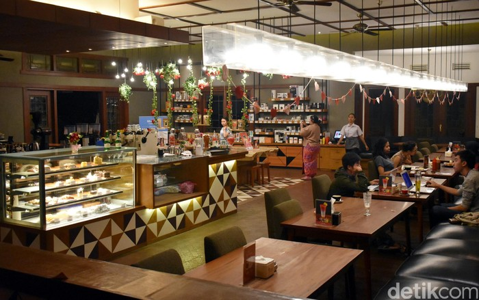 Bertempat di kawasan Dago, Anda bisa mampir mencicip makanan di Noah Barn. Tidak hanya enak makanannya, kafe ini juga sangat nyaman dan cocok untuk bersantai sambil berkumpul bersama teman.