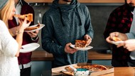 Sering Makan Sambil Berdiri Bisa Bikin Gendut? Ini Kata Ahli Gizi