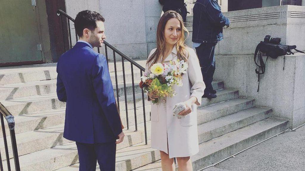 Menikah di Gedung Pengadilan, Istri Aktor Gossip Girl Pakai Gaun Mini